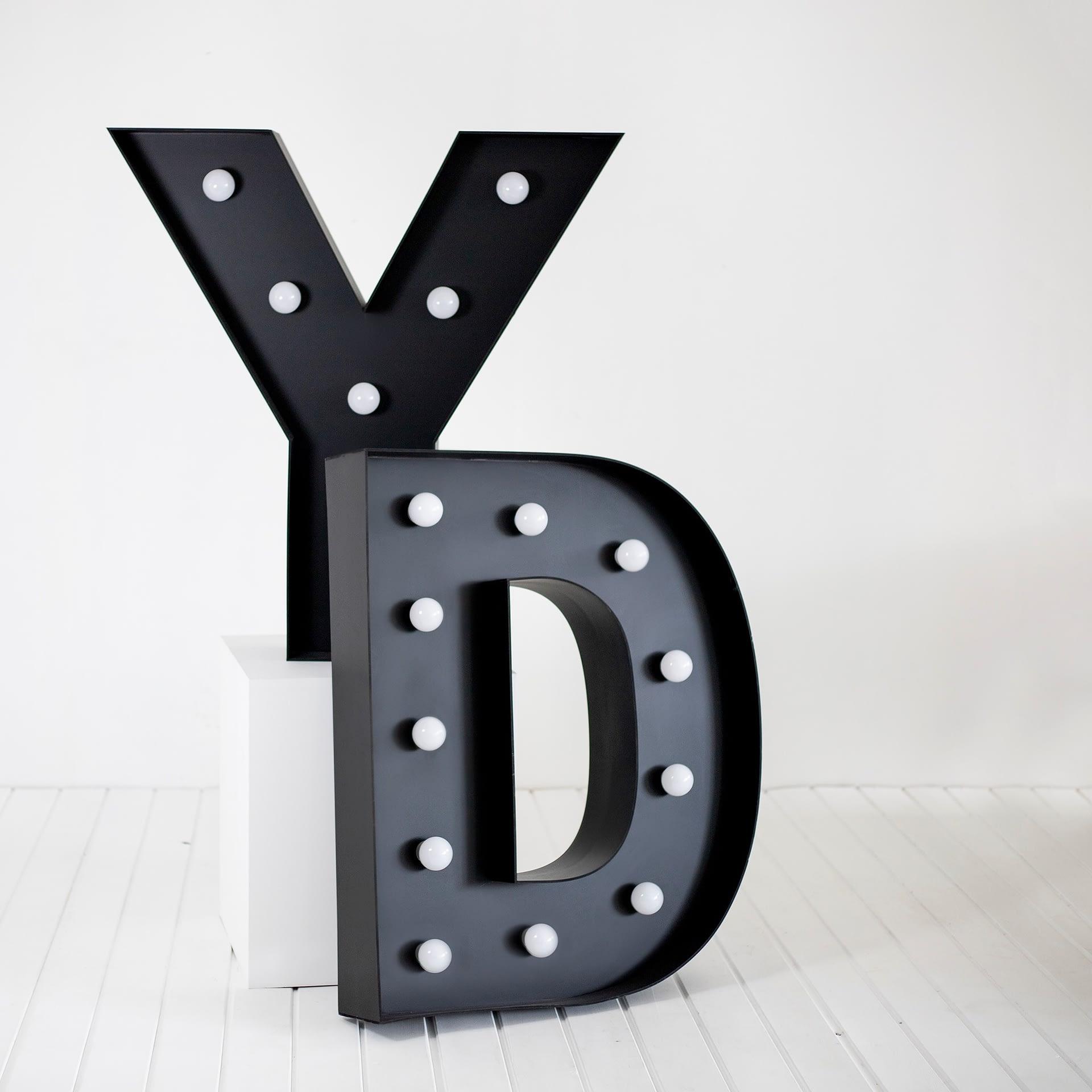 litery 3d z żarówkami